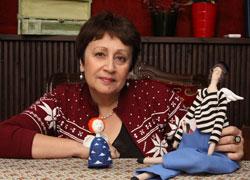 Дина Рубина на презентации романа «Синдром Петрушки» - с куклами.