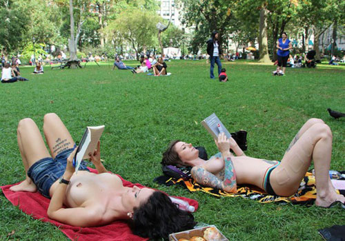 Обнаженные девушки читают книги