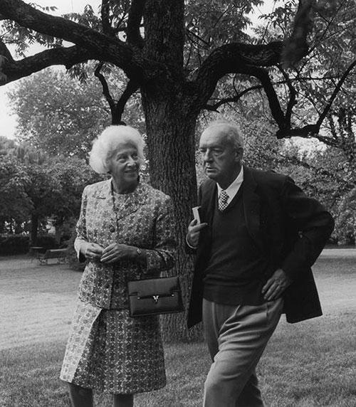 Владимир Набоков с женой Верой в парке у Montreux Palace Hotel. Швейцария, 1967 год